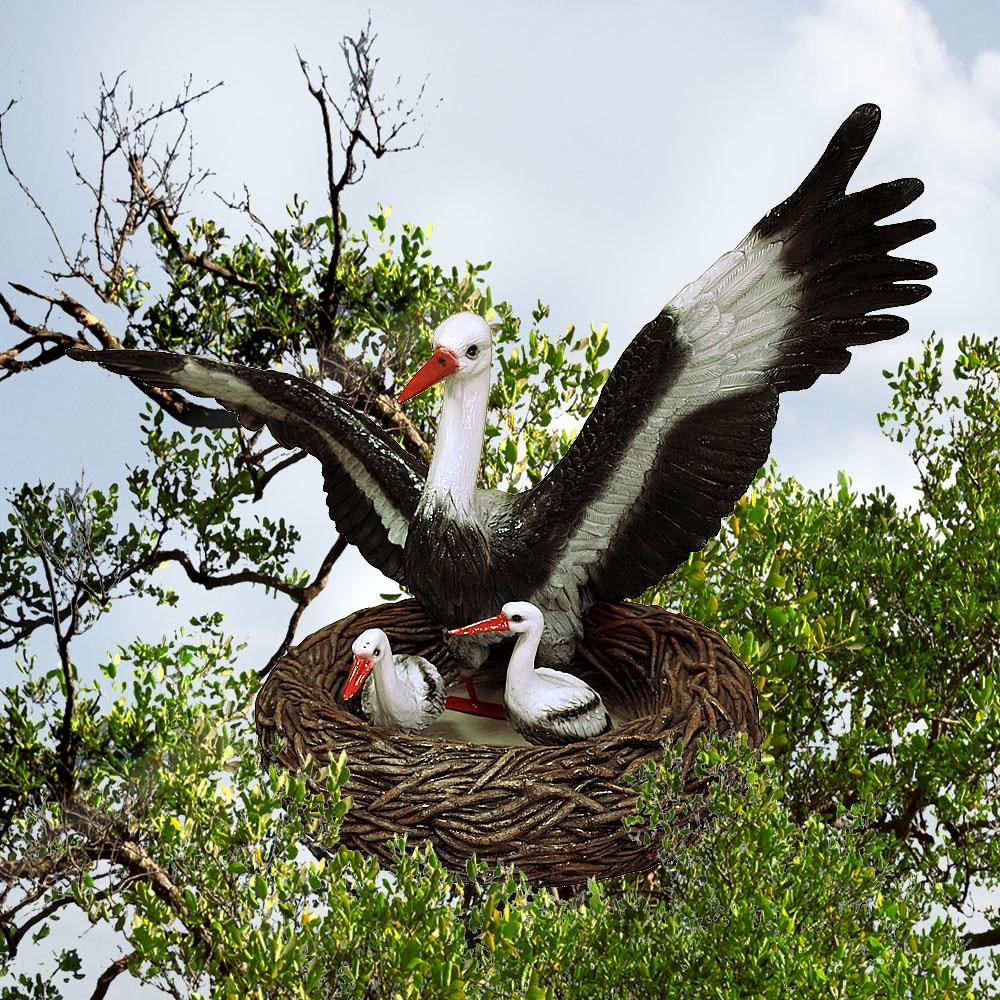 Аист с птенцами в гнезде