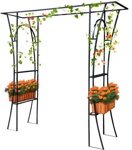Кованая арка с цветочными кашпо