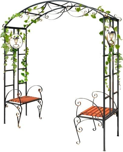 Кованая арка с двумя стульями