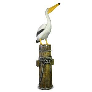 Пеликан с вытянутой шеей на кнехте