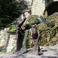 Парковая скульптура павлиниха