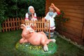 Крышка люка Свинка у забора - фото 14980