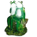 садовая фигура лягушки на скамейке