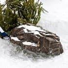 Крышки люков и фигуры под снегом