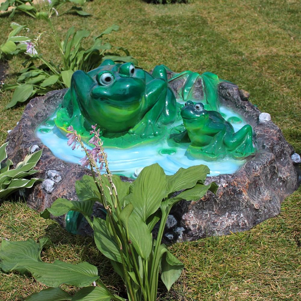 Крышка люка две лягушки в пруду
