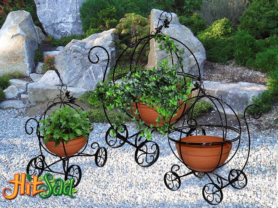 Украшение дворика цветочницами